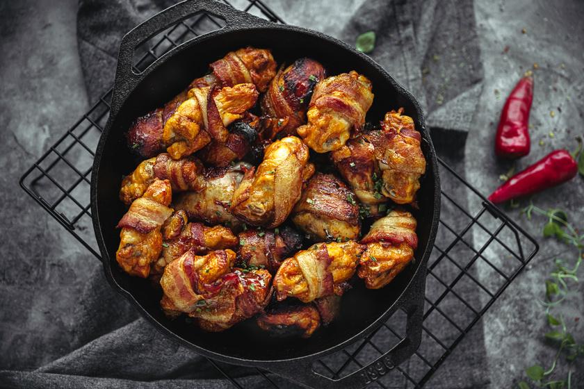 Baconbe tekert ropogós csirkeszárnyak: a páctól lesz omlós és nagyon finom