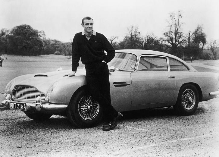 Sean Connery, mint James Bond egy Aston Martin DB5 előtt