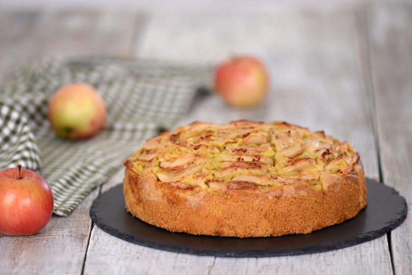 Légies, nagyon gyümölcsös almás piskóta: így nem húzza le a tésztát a sok gyümölcs