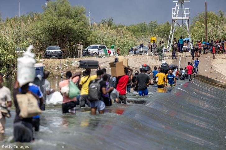 Emberek átkelnek a Rio Grande folyón Texas déli határánál, Del Rio közelében 2021. szeptember 18-án