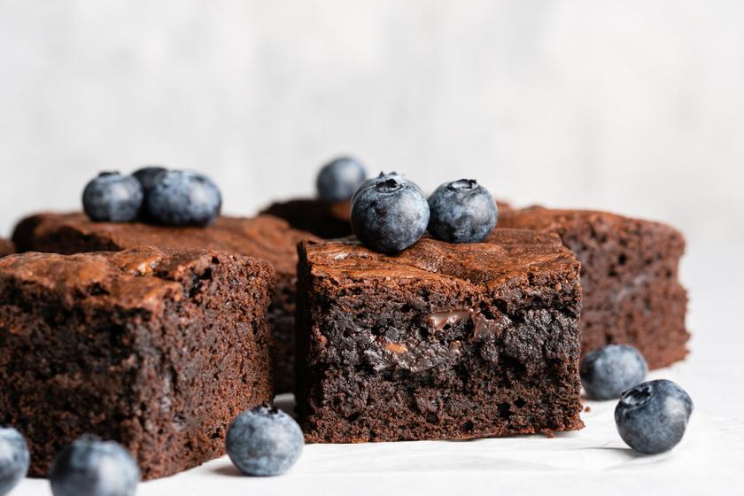 Csupa csokis áfonyás brownie: úgy az igazi, ha a belseje ragacsos marad