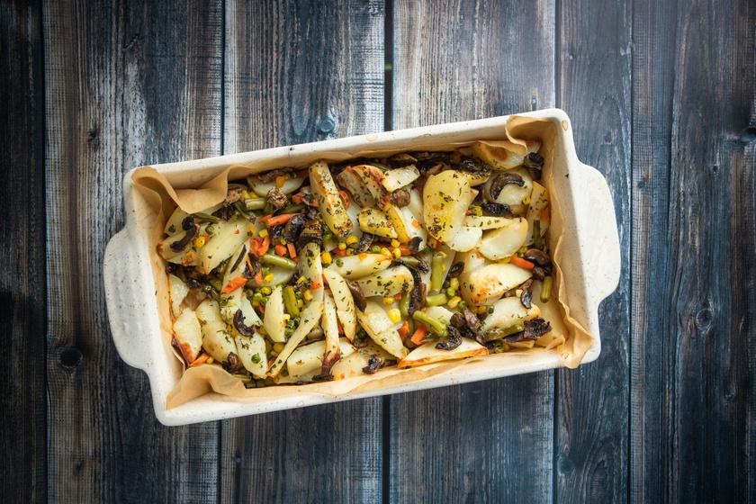 Zöldségekkel sült, isteni, ropogós krumpli: ez nem úszik az olajban