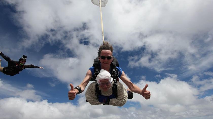 Ejtőernyős ugrás 102 évesen, villámgyors sörivás és vadászrepülőket túlharsogó tanítónő – a legkülönösebb világrekordok