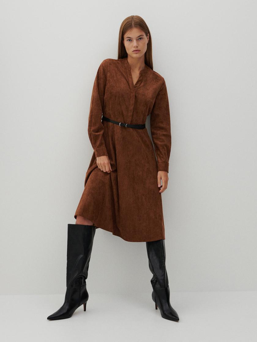 Ez a vastag anyagú, őszi ruha remekül kiemeli a derekat, csizmával kombinálva pedig még fázni sem fogsz benne. A Reserved üzleteiben találod 9995 forintért.