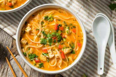 Thai tésztaleves kókusztejjel és csirkemellel: tartalmas, melengető fogás