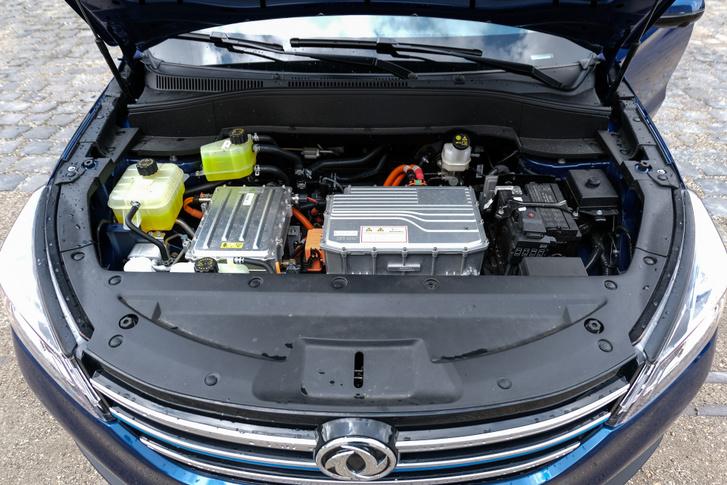Ha netán valakit emlékeztetne a Dacia Spring motorterére, az nem a véletlen műve: az is a DFSK gyártja a Renault-val közös vegyesvállalatban