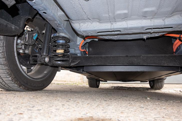 Alulról csak az egyszerű hátsó futómű és az autó hasa alá belógatott akkucsomag látszik