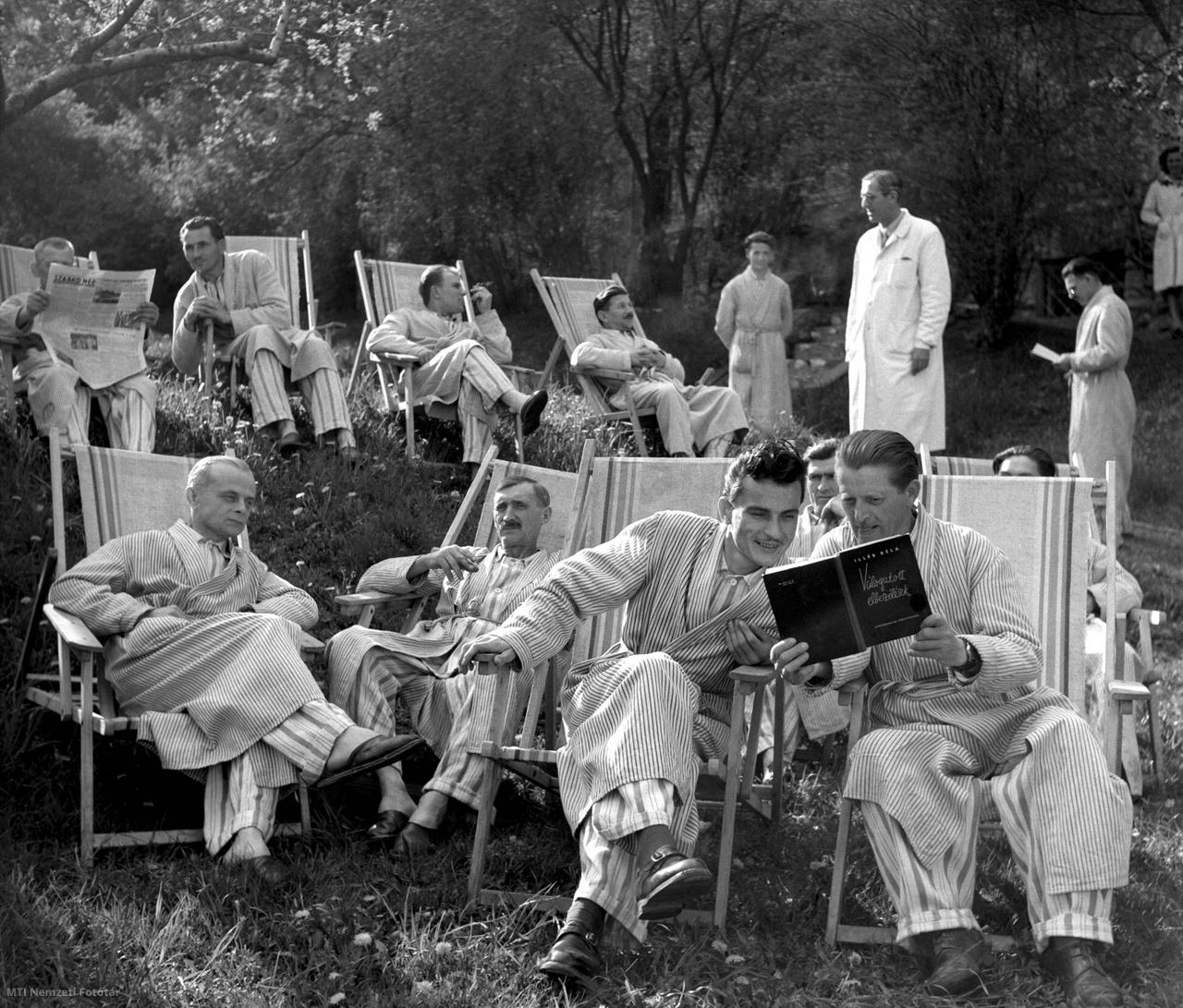 Miskolctapolca, 1956. május 3. Beutaltak a szanatórium kertjében.