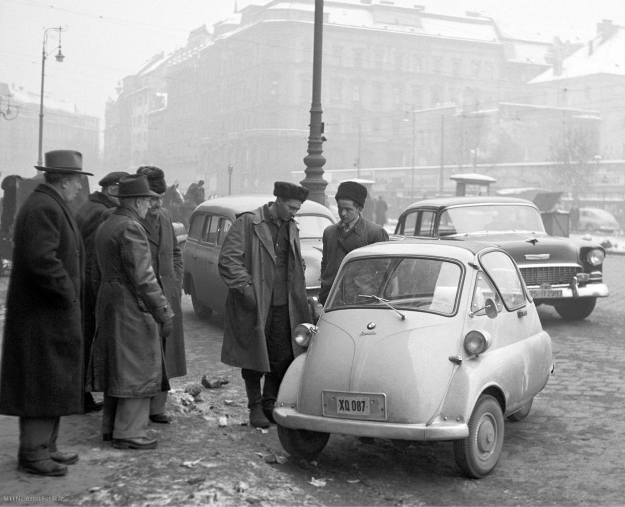 Budapest, 1956. december 29. BMW Isetta törpeautót néznek a járókelők a Tanács körúton. (A Tanács körút: a Kiskörút Deák Ferenc tértől a Rákóczi útig terjedő szakasza volt. 1874-től Károly körút, 1916-tól Károly király utca, 1945. április 17-től Somogyi Béla út, 1950-től Tanács körút, 1991-től újra Károly körút.)