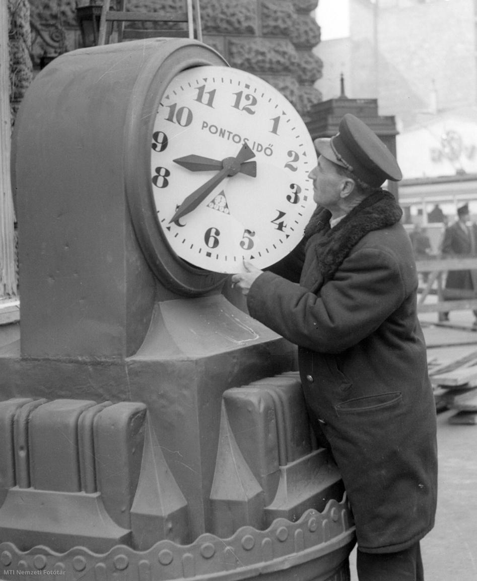 Budapest, 1957. március 7. Beállítják a Blaha Lujza téren lévő Nemzeti Színháznál azt a nevezetes órát, amely számtalan randevú helyszínét jelölte, ott, ahol a hatos megállt. Az óra még 8 éven át, a színház fölrobbantásáig szolgált.