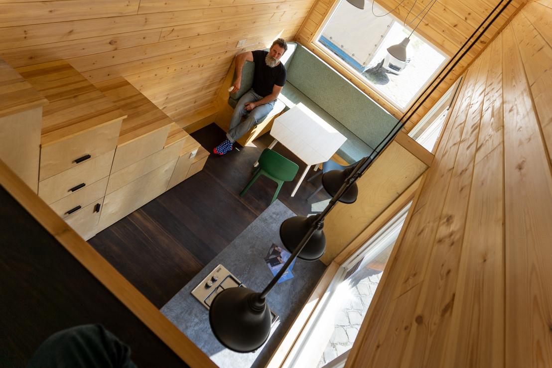 A nappali a galériáról nézve. A lenti padot kihajtva egy kétszemélyes ágyat kapunk, így összesen 2+2 személyes