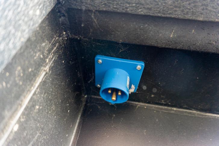 Ha van áramforrás, egy hosszabbítóval megtáplálható róla a Tiny House