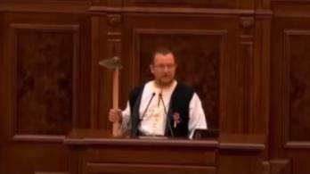 Videón, ahogy kapát lóbálva szólal fel a képviselő a parlamentben