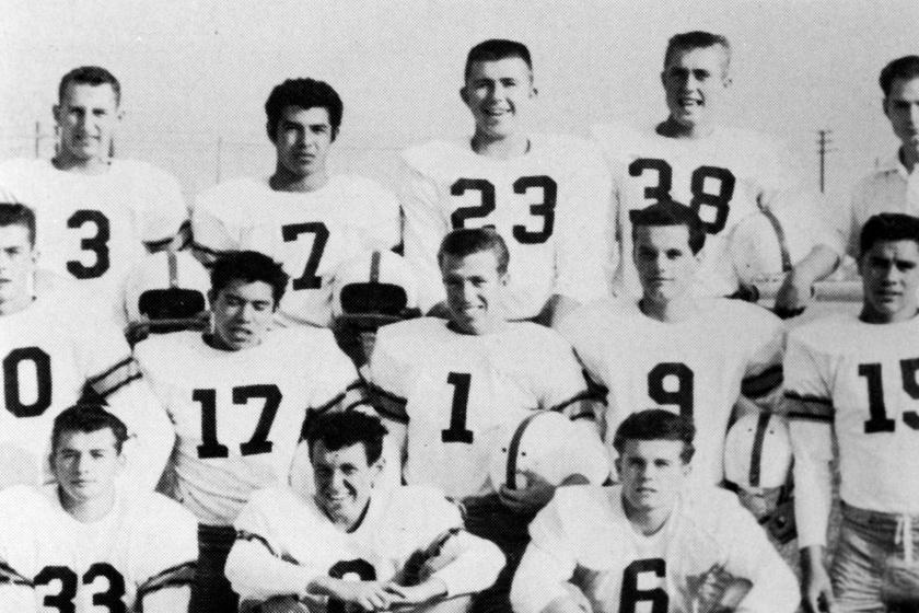 A színész középen, az egyes mezszámot viseli a gimnáziumi focicsapatáról készült képen.