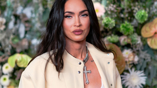 Hófehérke is irigyelné, ahogy Megan Fox harapja az almát Kourtney Kardashianhoz simulva