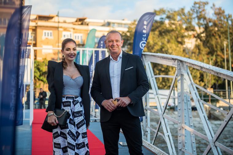 Győrfi Pál is meghívást kapott, mellette pedig a 2005-ös évi Miss Universe Hungary szépségverseny győztese, Proksa Szandra pózol