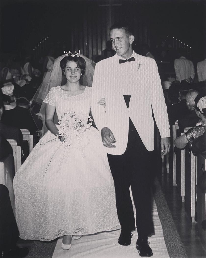 Karen és Gary 1962-ben egyszerű, meghitt esküvőt tartottak a helyi templomban, a fogadás pedig a templom pincéjében volt.
