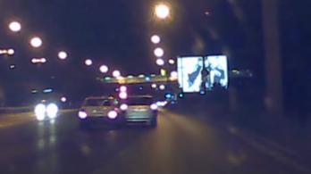 Egy Skoda üldözött egy másik autót Ferihegynek menet, majd direkt nekiment