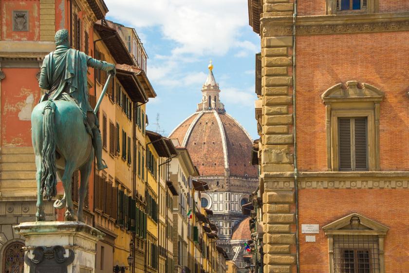 Kilátás a térről a dómra, I. Ferdinánd toszkánai nagyherceg lovas szobrával.