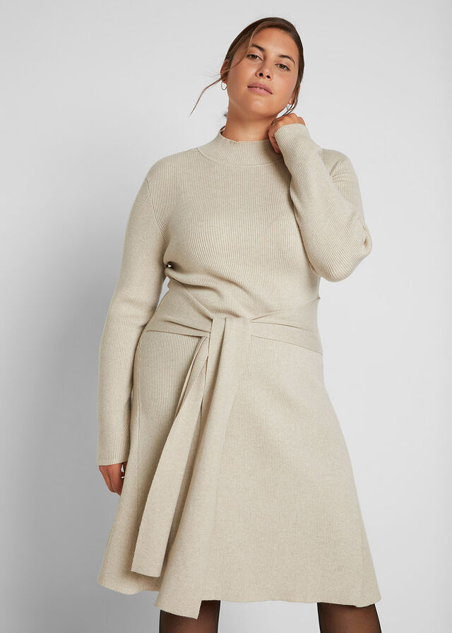 A kötött ruhák kényelmesek, puhák és melegek, így tökéletesek a hűvös, őszi időben. Ez a krémszínű darab elegáns, nőies, és karcsúsítja a derekat. 8999 forintért veheted meg a Bonprix oldalán.