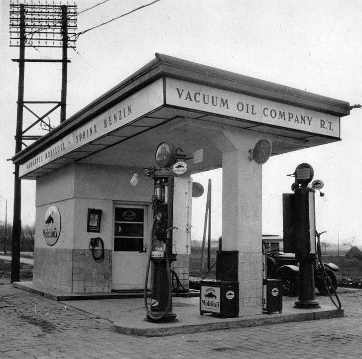 Ez már jobban hasonlít a mai üzemanyagtöltő állomásokhoz. A motorizációban éllovas Egyesült Államokban 1913-ban nyílt meg az első behajtós benzinkút