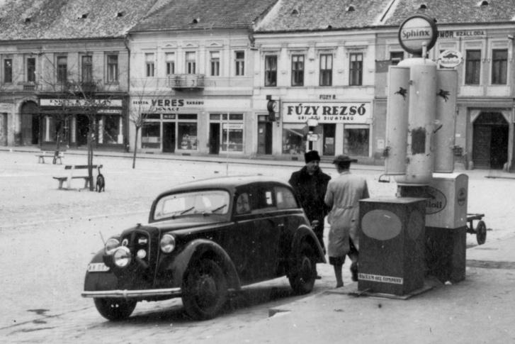 Ehhez hasonlóan néztek ki az első benzinkutak is, a kisebb egységek még évtizedekkel később is ilyenek voltak. Ez a kép 1939-ben készült Rimaszombaton