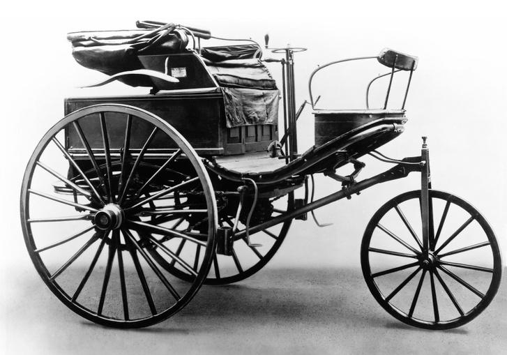 Innen indultunk. hajdan az autók jobban hasonlítottak egy konflisra, semmint automobilra. Holott ez nem is az első, hanem a 3-as számmal jelzett Benz autó volt