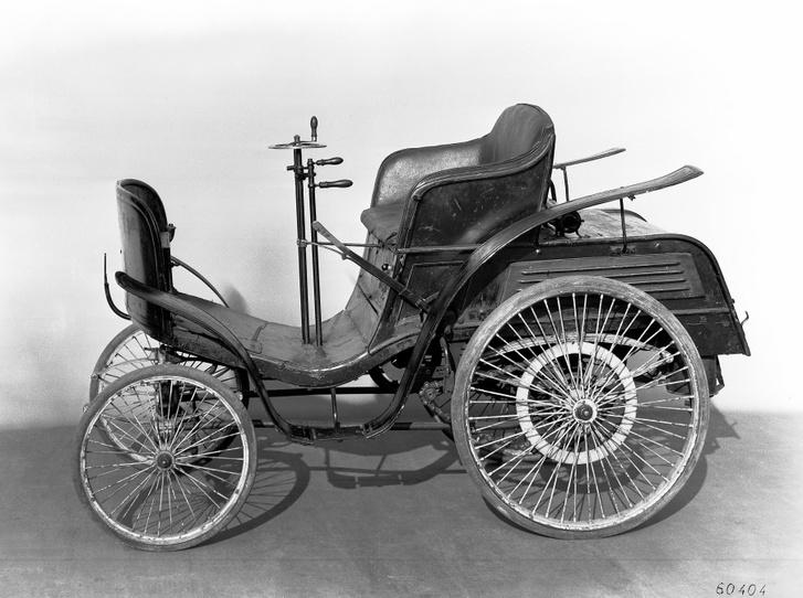 A világ első sorozatban gyártott autója, illetve belsőégésű motorral hajtott négykerekű járműve. 1894 és 1902 között 1200 Benz Velo gördült ki a gyárkapun. Ilyen volt az első Magyarországon megjelent autó is