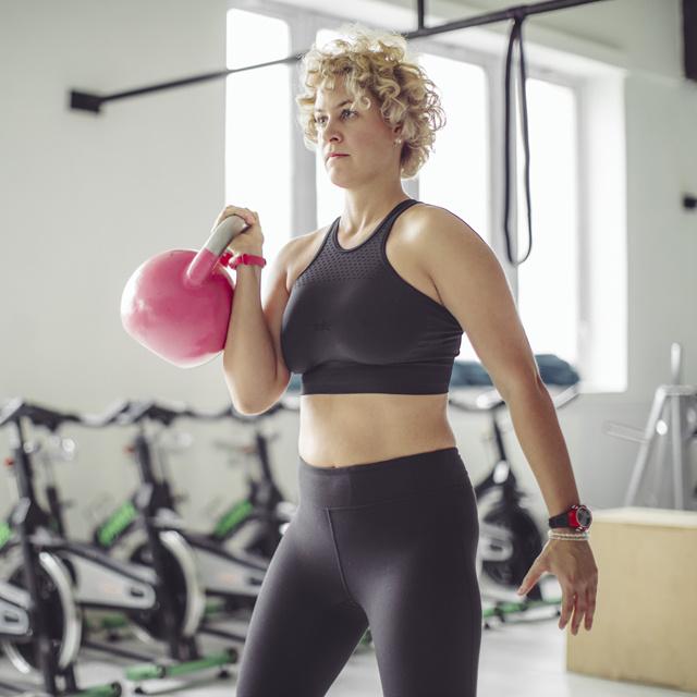 A legerősebb zsírégető mozgásnak tartják: 8 otthoni kettlebellgyakorlat, ami 1200 kalóriát is elégethet