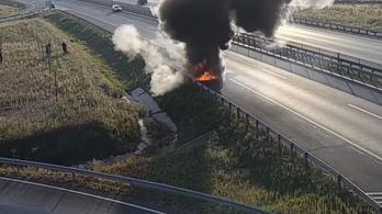 Videón, ahogy percek alatt szénné ég egy terepjáró az M4-esen