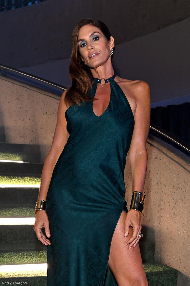 Cindy Crawford egy hosszú, felsliccelt ruhában mutatta meg, hogy bizony ő is kirobbanó formának örvend.
