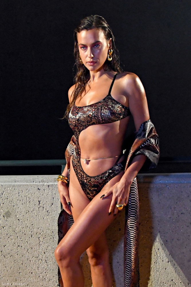 Aztán ott volt Irina Shayk is, akinek kígyóbőr hatású bodyja csak úgy vonzza az ember tekintetét.