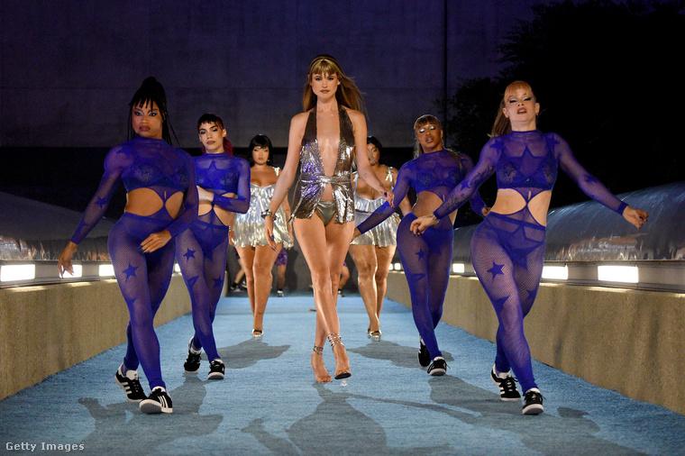 A színpadi show igen látványosra sikeredett! A Maroon 5 énekesének, Adam Levinnek a felesége, Behati Prinsloo például úgy festett ebben a szerelésben, akár egy diszkódíva