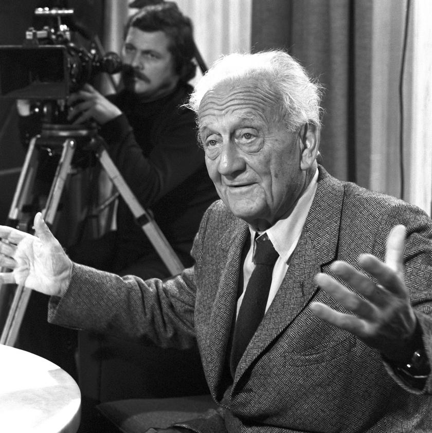 Dr. Szent-Györgyi Albert Nobel-díjas biokémikus 1973 októberében kérdésekre válaszolva, amikor a Magyar Televízió portréfilmet készített a hazánkban tartózkodó professzorról.
