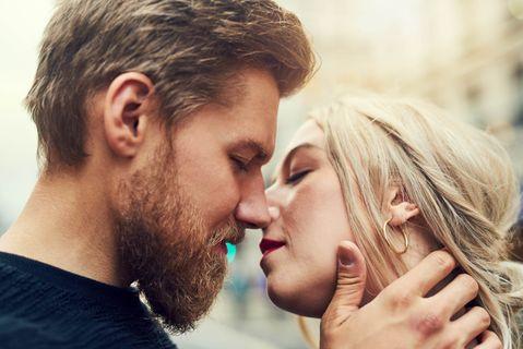 Ezért vonzódnak a férfiak a jóval fiatalabb lányokhoz – és ezért gondoljuk, hogy ez oké