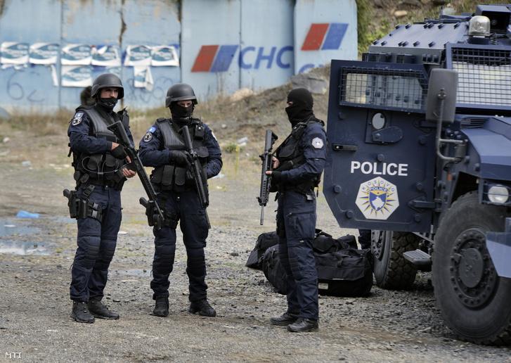 A koszovói különleges rendőri alakulat (Rosu) tagjai őrt állnak a szerb-koszovói határon, Jarinje közelében 2021. szeptember 21-én