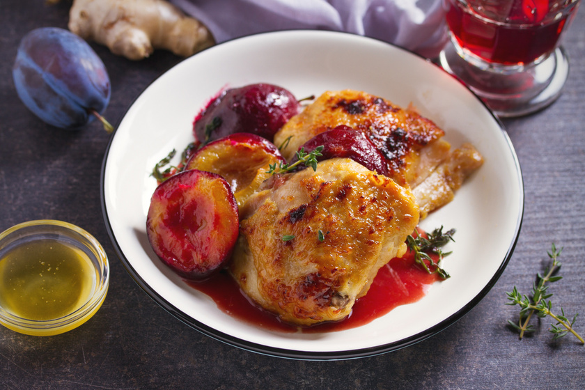 Tepsis csirkecomb vele sült szilvával: vörösbortól lesz omlós a hús