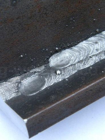 Elektródás villamos ívhegesztéssel készült varrat.