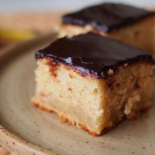 Mennyei banános sütemény csokimázzal borítva: joghurttal készül a tésztája