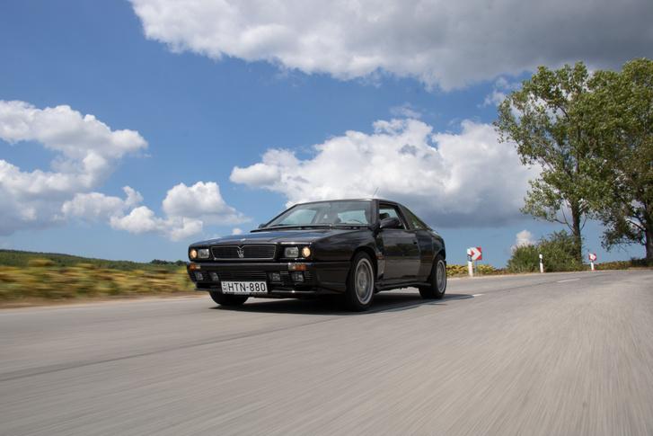 Maserati Shamal. 3,2 literes V8, DOHC 32 szelep és két turbó: 326 lóerő