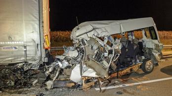 Furgon rohant a kamionba, öt ember szörnyethalt Abonynál