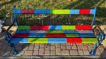 Túl színes lett a köztéri pad Mosonmagyaróváron, a homofób vállalkozó visszafestette barnára