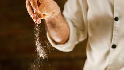 Mi az oka annak, hogy a séfek magasról szórják a fűszert az ételre?