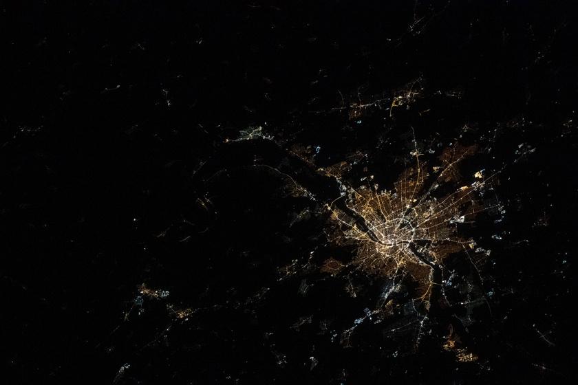 2020 márciusában készült Budapestről ez a NASA-fotó. A Kis- és a Nagykörút, valamint a Duna-hidak is tisztán kivehetők.