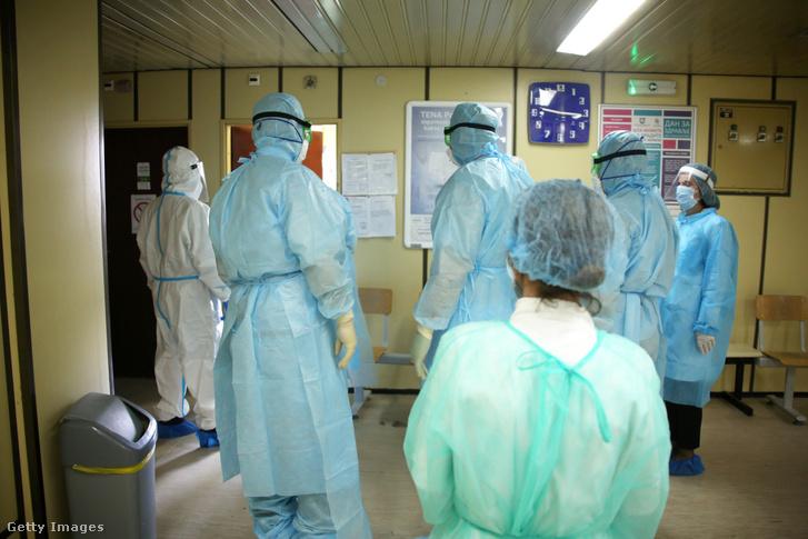 Orvosok és ápolók gyülekeznek egy Covid-kórházban Szerbiában