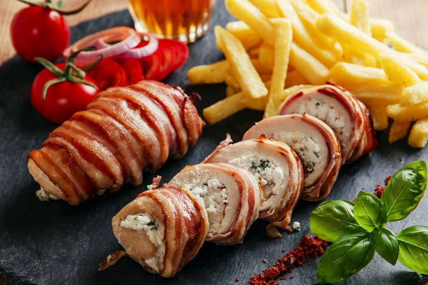 Zöldfűszeres, fetás krémmel töltött csirkemell: baconben sütve nem szárad ki