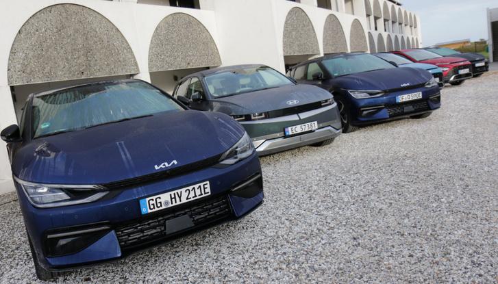 Két Kia EV6 fog közre egy Hyundai Ioniq %-öst. A két testvérmodell műszaki alapjai egy az egyben megegyeznek, a részleteik azonban nagyon különbözőek