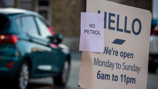 Három napja megy a pánikvásárlás a briteknél, nincs üzemanyag