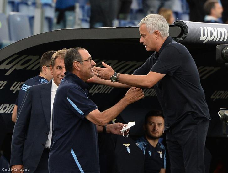 Maurizio Sarri és José Mourinho köszönti egymást a rangadó előtt