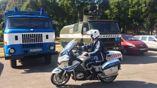 60 éves autókat is felvonultatott a 140 éves rendőrség